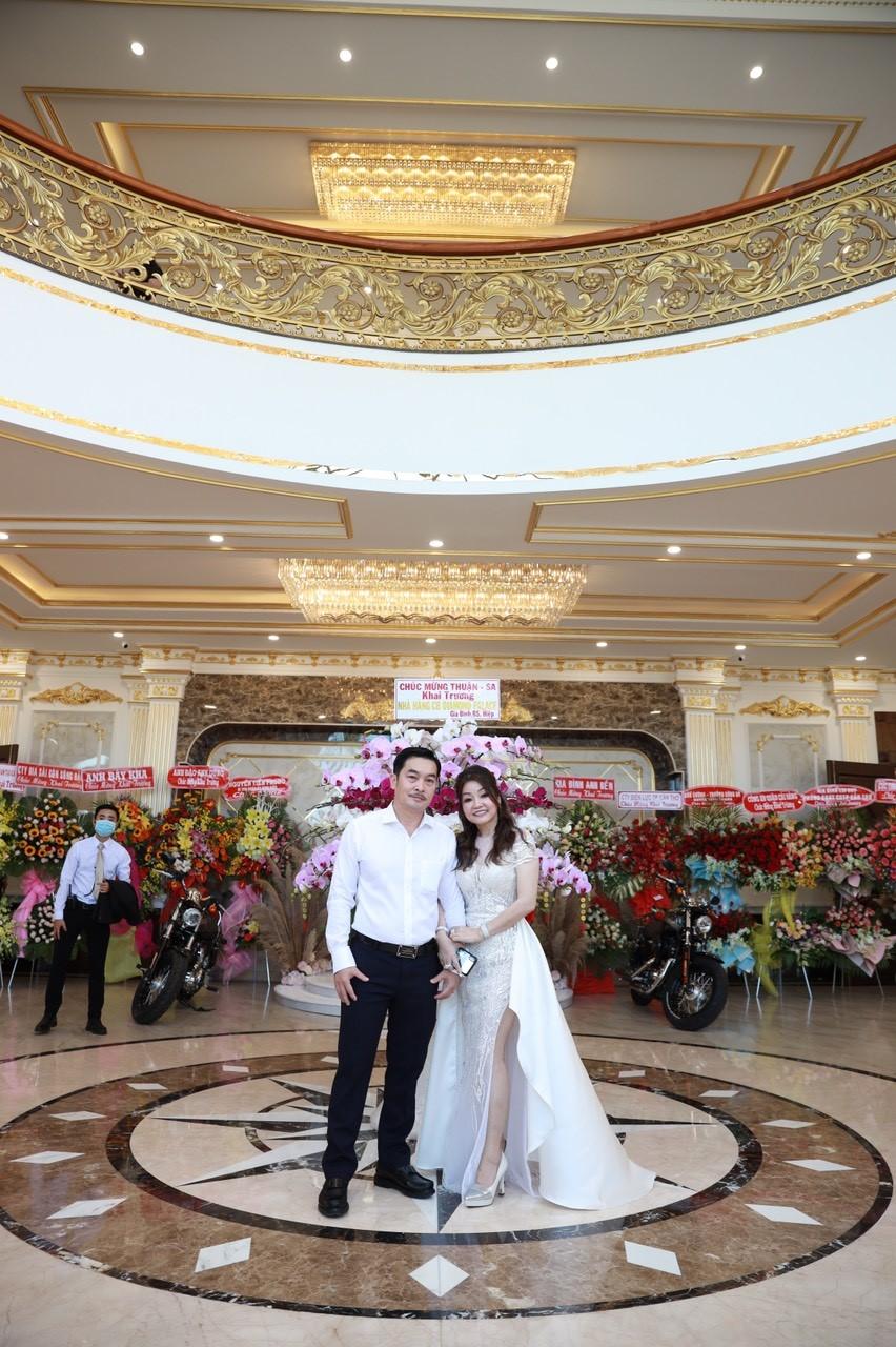 Ông Nguyễn Hiếu Thuận - Chủ tịch HĐQT Cây Bưởi Group và vợ. Ảnh: Lê Vinh.