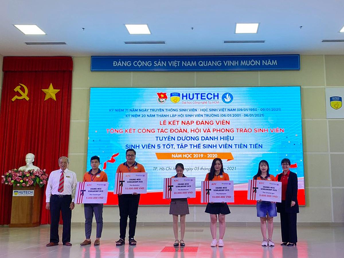 5 sinh viên trường Hutech nhận học bổng Colonel-ness của KFC Việt Nam.