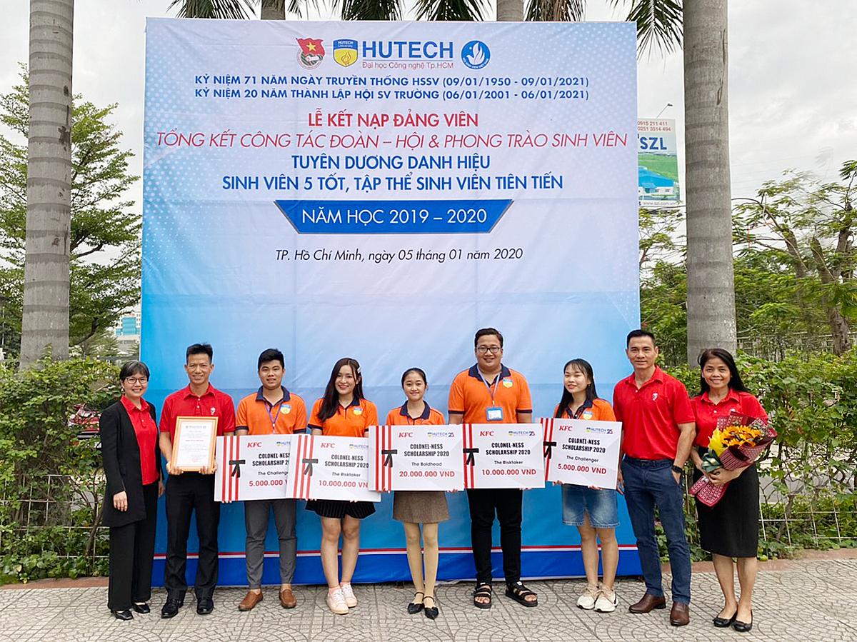 Đại diện KFC Việt Nam (áo đỏ) chụp ảnh kỷ niệm cùng 5 sinh viên xuất sắc trong chương trình học bổng