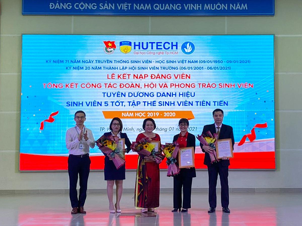 Đại diện Ban tổ chức KFC VIệt Nam (phải) cùng các đơn vị đồng hành nhiều hoạt động của Đoàn và sinh viên Hutech. Ảnh: KFC Việt Nam. (thay ảnh)