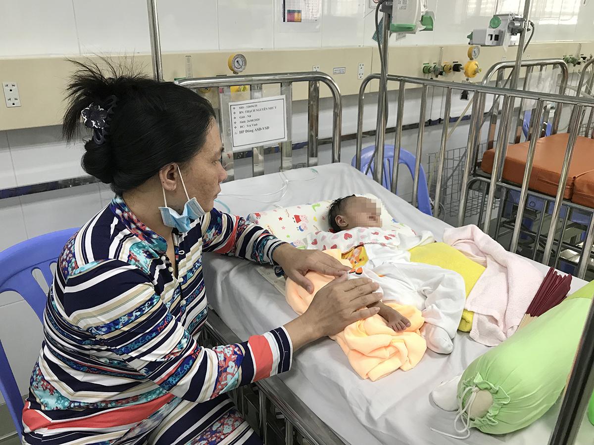 Mẹ bé Ý chăm con trong những ngày bé điều trị tại bệnh viện Nhi đồng 1. Ảnh: Hoàng Anh.