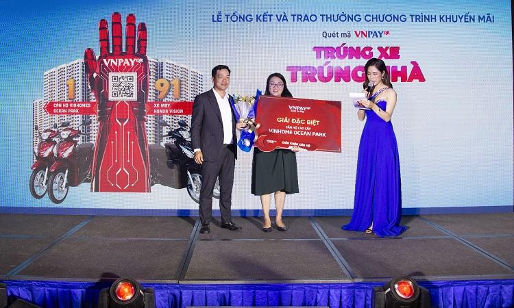 Ông Lê Tánh - Tổng giám đốc Công ty Cổ phần Giải pháp Thanh toán Việt Nam (VNPAY) trao giải cho khách hàng.