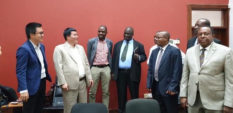 Đại diện Chính phủ Tanzania và T&T Group chia sẻ niềm vui sau khi T&T Group mua 176.000 tấn điều thô của Tanzania