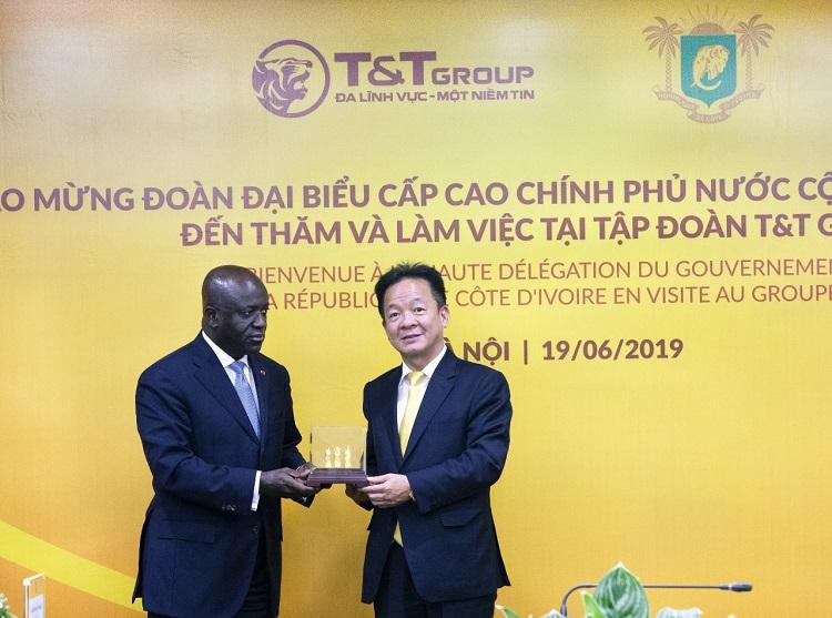 hủ tịch HĐQT kiêm Tổng Giám đốc Tập đoàn T&T Group Đỗ Quang Hiển trao quà lưu niệm cho Bộ trưởng Bộ Ngoại giao Bờ Biển Ngà Marcel Amon Tanoh nhân dịp Bộ trưởng đến