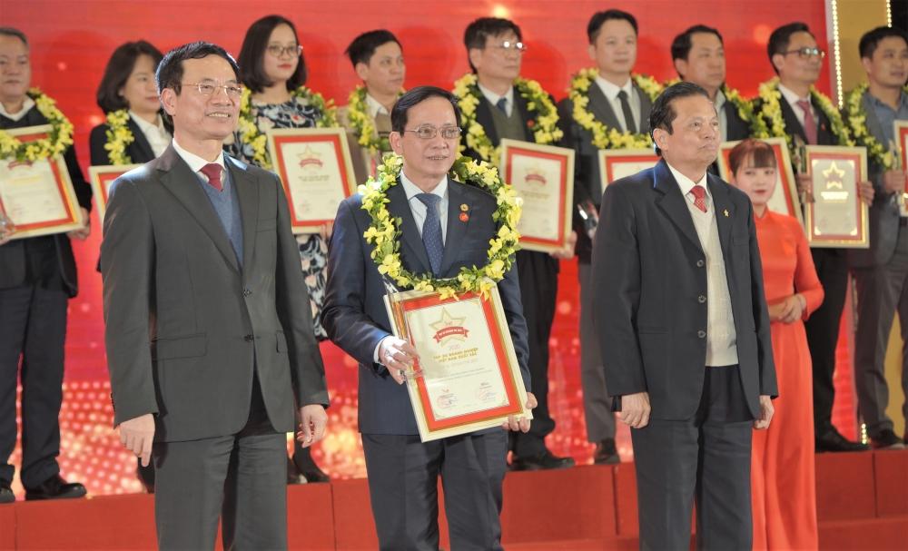 Ông Nguyễn Thành Đô - Phó Chủ tịch HĐQT, đại diện HDBank nhận biểu trưng từ Ban tổ chức