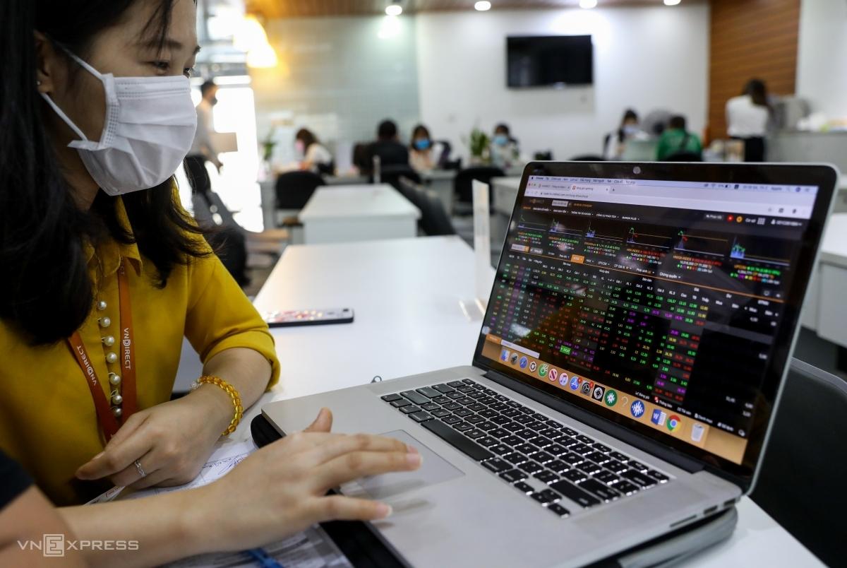 Nhà đầu tư theo dõi bảng giá tại một sàn chứng khoán ở quận 1, TP HCM. Ảnh: Quỳnh Trần.
