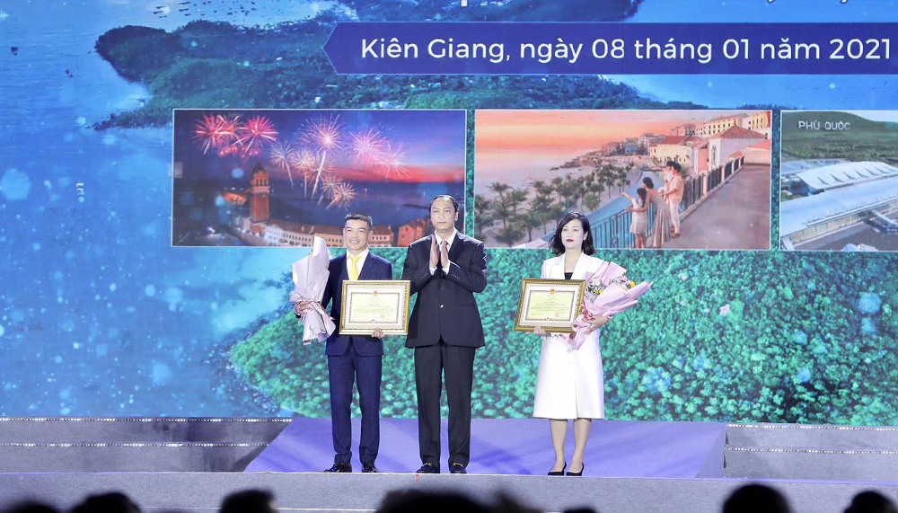 Lãnh đạo tỉnh Kiên Giang trao hoa và bằng chứng nhận cho 2 nhà đồng tài trợ Sun Group và BIM Group.