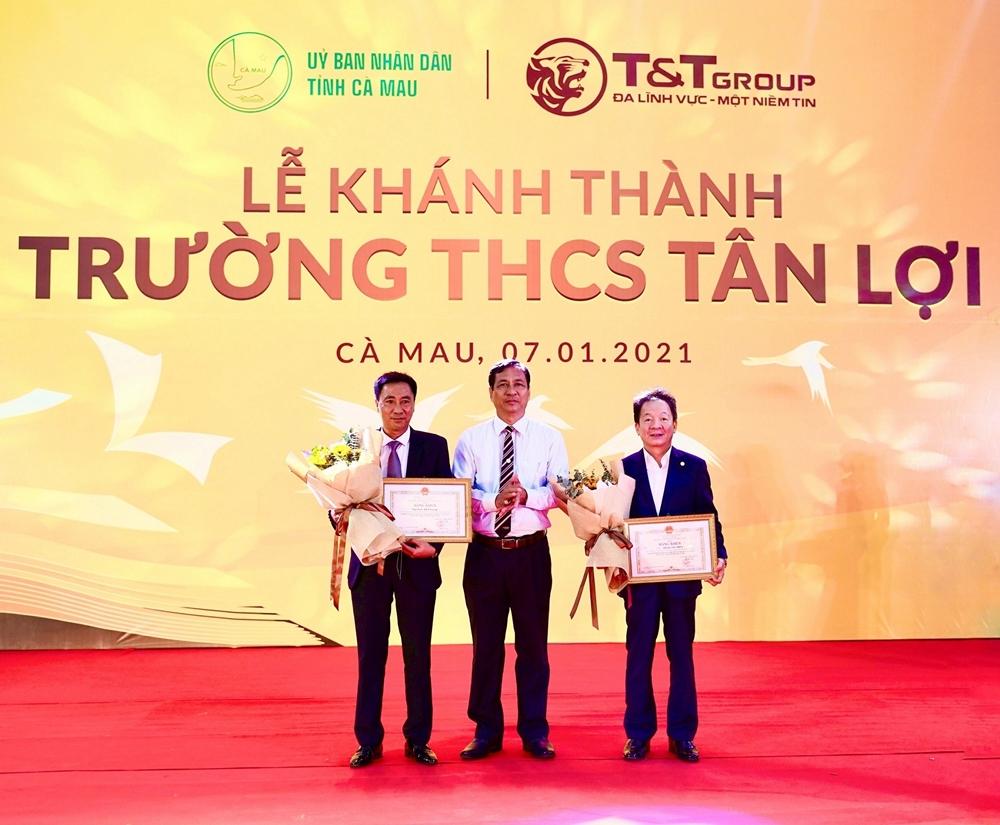 Ông Trần Hồng Quân Phó Chủ tịch UBND tỉnh Cà Mau trao tặng Bằng khen cho Tập đoàn T&T Group và doanh nhân Đỗ Quang Hiển.