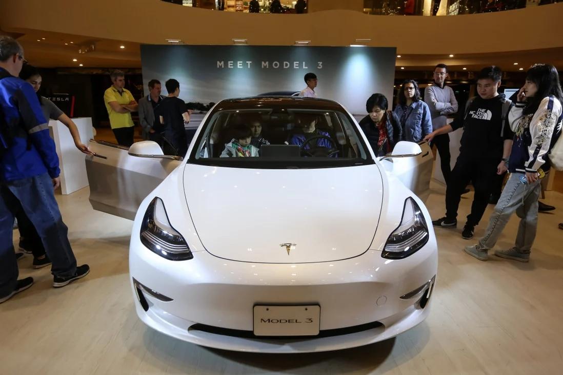 Khách hàng thử nghiệm một chiếc Tesla Model 3 trong Triển lãm ôtô Auto Shanghai 2019 ở Thượng Hải vào ngày 16/4. Ảnh: EPA-EFE