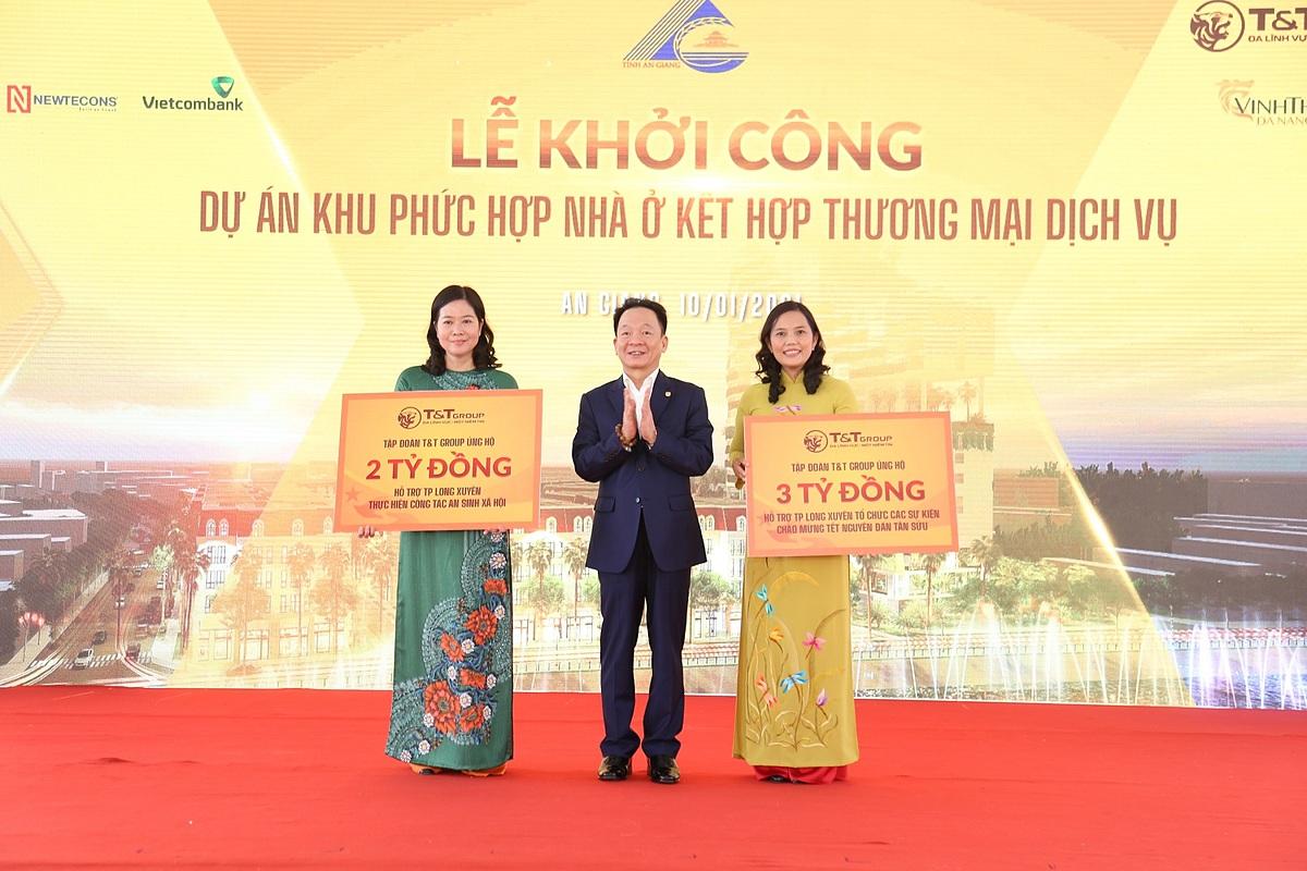 Ông Đỗ Quang Hiển, đại diện Tập đoàn T&T Group trao 5 tỷ đồng ủng hộ thành phố Long Xuyên