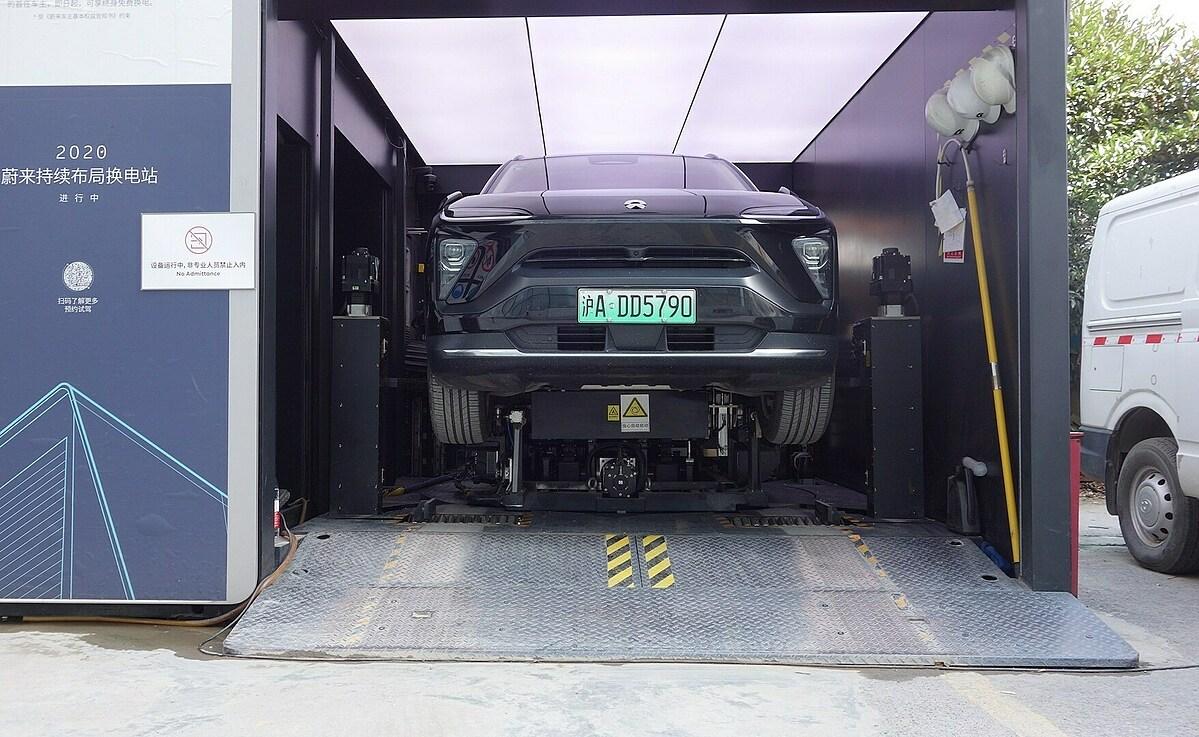 Chiếc Nio ES6 đang thay pin tại một trạm hoán đổi pin của hẫng ở Thượng Hải vào tháng 9/2020. Ảnh: TechNode.