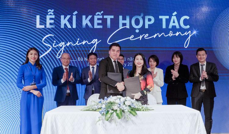 Ông Lê Anh Triệu - Chủ tịch, Tổng giám đốc PGT Group cùng bà Nguyễn Thị Kim Liên - Chủ tịch, Tổng giám đốc VLand Việt Nam ký kết hợp tác chiến lược phân phối khối căn hộ cao cấp The 6Nature Đà Nẵng.