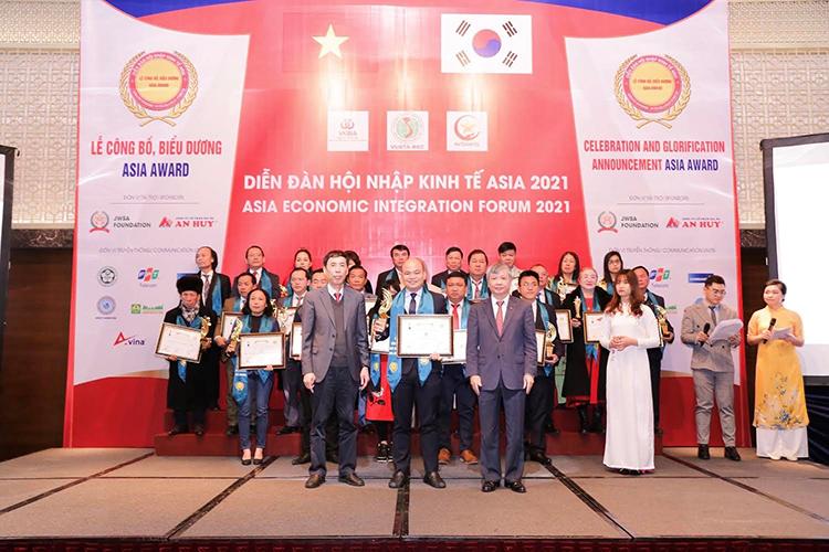 Ông Sử Duy Bin, CEO Nha khoa Kim (đứng giữa hàng trên) nhận giải thưởng tại sự kiện. Ảnh: Nha khoa Kim.