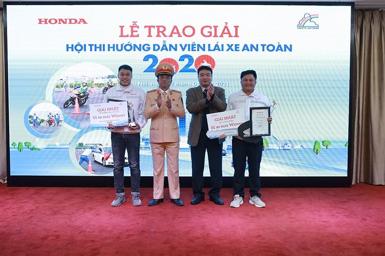 Hai HDV (ngoài cùng) nhận giải nhất tại hội thi.