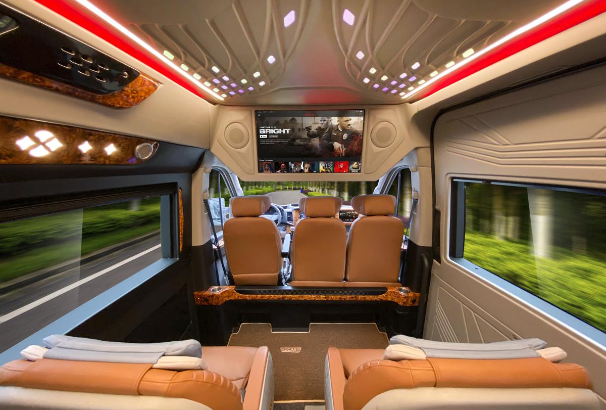 Xe trang bị đầy đủ các tiện ích: cổng sạc USB, Wifi và TV 32 inch... đáp ứng nhu cầu giải trí của du khách trong hành trình.
