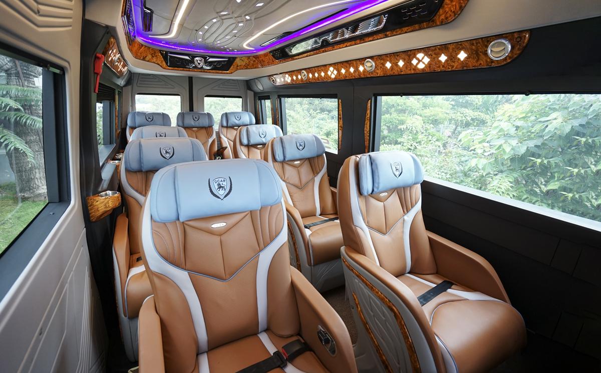 Ghế ngồi sử dụng chất liệu da cao cấp. Thiết kế thông minh có thể điều chỉnh tư thế ngồi, ngã thư giãn, giúp du khách tận hưởng cảm giác êm ái, thoải mái trong hành trình di chuyển.