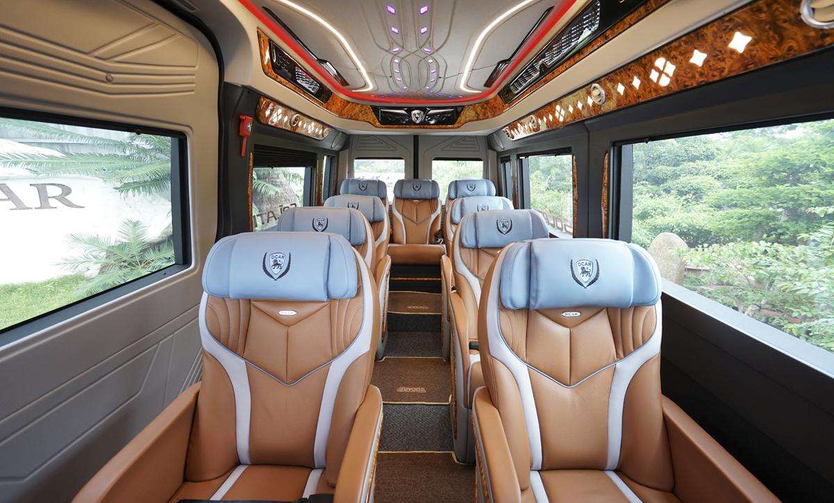 Khoang hành khách thiết kế sang trọng, rộng rãi. Nội thất sử dụng vật liệu nhựa ABS thân thiện với môi trường, dễ vệ sinh, đảm bảo sức khỏe cho hành khách.