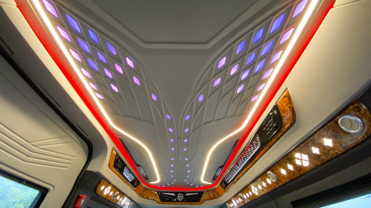 Hệ thống đèn chuyển màu đa sắc RGB, tạo nên sự sang trọng như khoang hạng thương gia của các hãng hàng không.