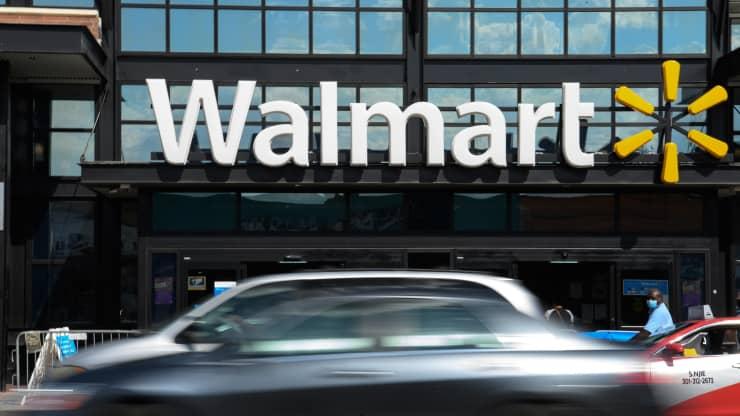 Ôtô chạy ngang qua một cửa hàng Walmart ở Washington, DC, vào tháng 8/2020. Ảnh: AFP.