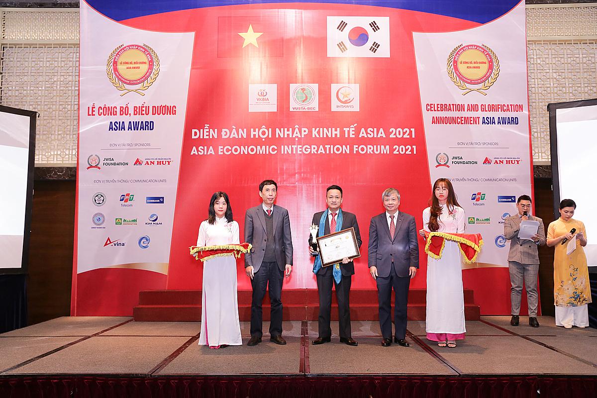 Ông Nguyễn Phú An - Giám đốc Chiến lược và Kế hoạch, FPT Telecom nhận Top 10 doanh nghiệp tiêu biểu ASIA - ASIA Award tại diễn đàn.
