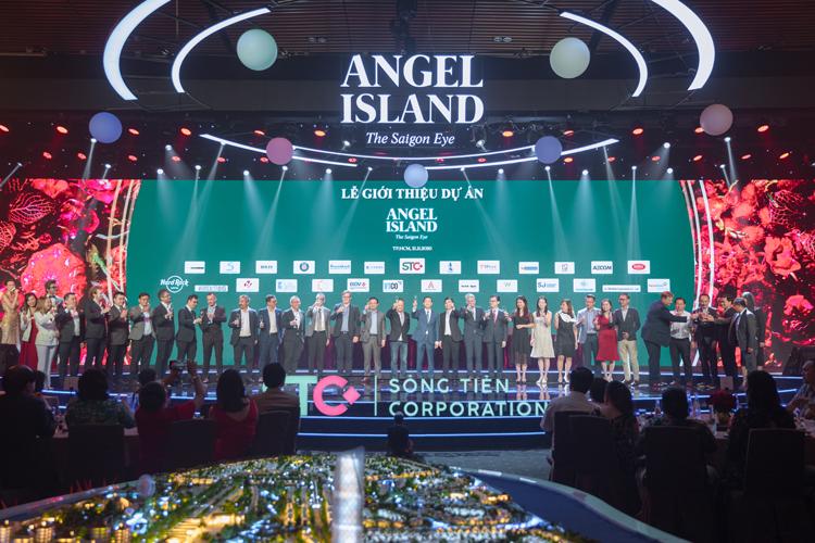 20 đối tác tham gia nghi thức ký kết chiến lược trong lễ ra mắt dự án Angel Island tháng 11/2020 tại Gem Center. Ảnh: Sông Tiên.