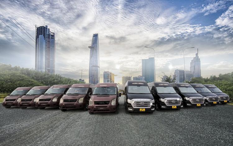 Những chiếc xe màu đỏ là xe cũ, được Dcar thu đổi và giao những xe thế hệ mới Dcar hạng thương gia (5 xe bên phải).