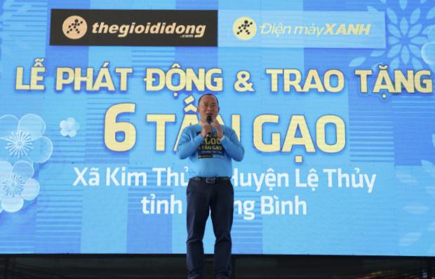 CEO Thế Giới Di Động, Đoàn Văn Hiểu Em tại sự kiện trao 6 tấn gạo cho hộ khó khăn tại xã Kim Thủy, huyện Lệ Thủy, tỉnh Quảng Bình hôm 13/1. Ảnh: Thế Giới Di Động.