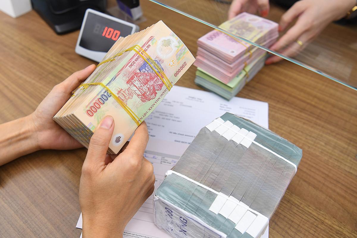 Giao dịch tại một ngân hàng trên phố Phan Chu Trinh, Hà Nội. Ảnh: Giang Huy.