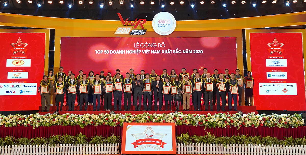Đại diện các doanh nghiệp nhận giải Top 50 Doanh nghiệp Việt Nam xuất sắc năm 2020. Ảnh: VNR500.