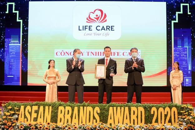 Đại diện Life Care (ở giữa) nhận giải thương hiệu mạnh ASEAN 2020