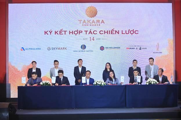 Lễ ký kết với các đối tác phân phối bất động sản.