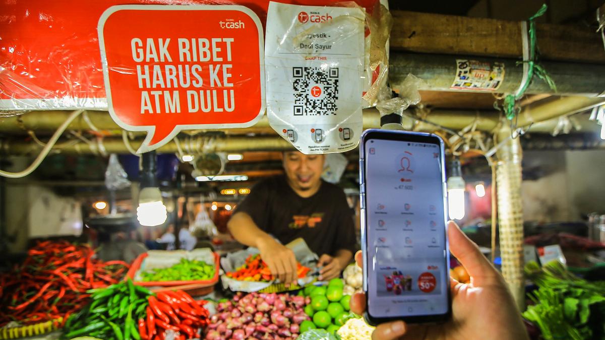 Khách hàng đang sử dụng ví điện tử tại một sạp bán rau củ ở Jakarta. Ảnh: Asian Nikkei Review.