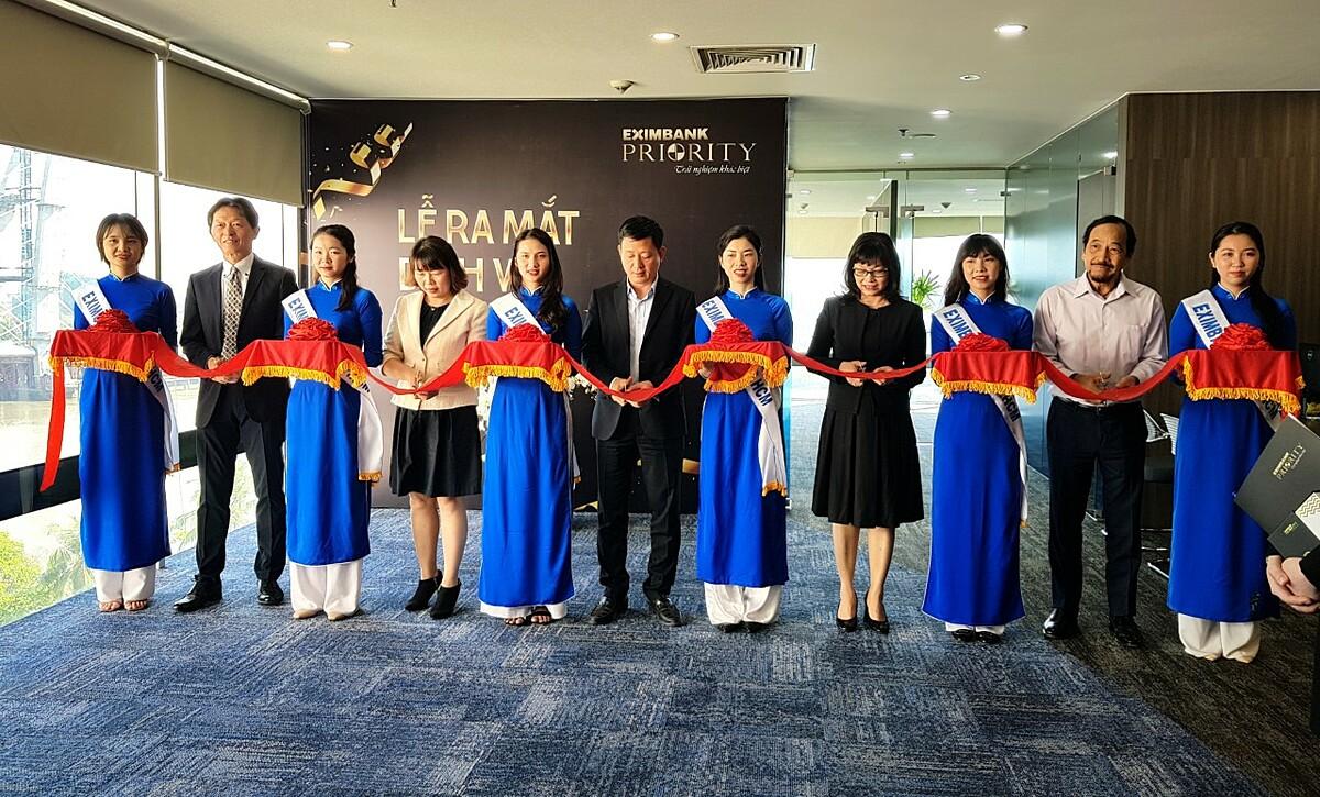 Ông Nguyễn Cảnh Vinh - Quyền tổng giám đốc Eximbank (ở giữa) cùng ban điều hành ngân hàng cắt băng khánh thành khai trương dịch vụ Priority. Ảnh: Eximbank.