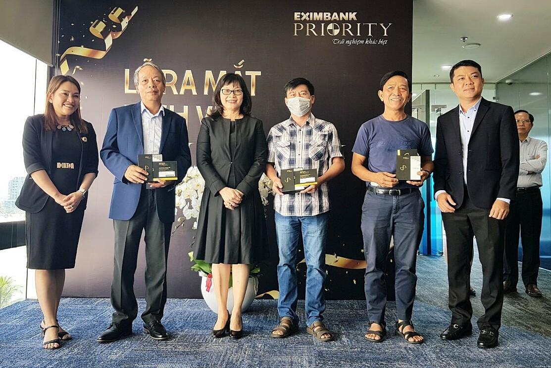 Bà Đinh Thị Thu Thảo - Phó tổng giám đốc Eximbank (thứ ba từ trái sang) trao thẻ Eximbank - Priority Visa Signature cho những chủ thẻ đầu tiên. Ảnh: Eximbank.