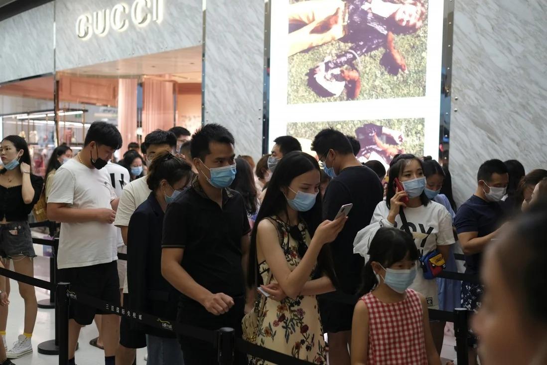 Khách hàng xếp hàng để vào cửa hàng Gucci tại Khu phức hợp mua sắm miễn thuế quốc tế Sanya, ở Tam Á, Hải Nam, Trung Quốc ngày 27/8/2020. Ảnh: Reuters.