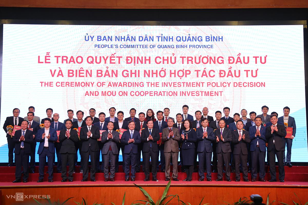 Phó thủ tướng Chính phủ Trịnh Đình Dũng và lãnh đạo các bộ ngành trao quyết định chủ trương đầu tư cho các dự án. Ảnh: Hoàng Táo