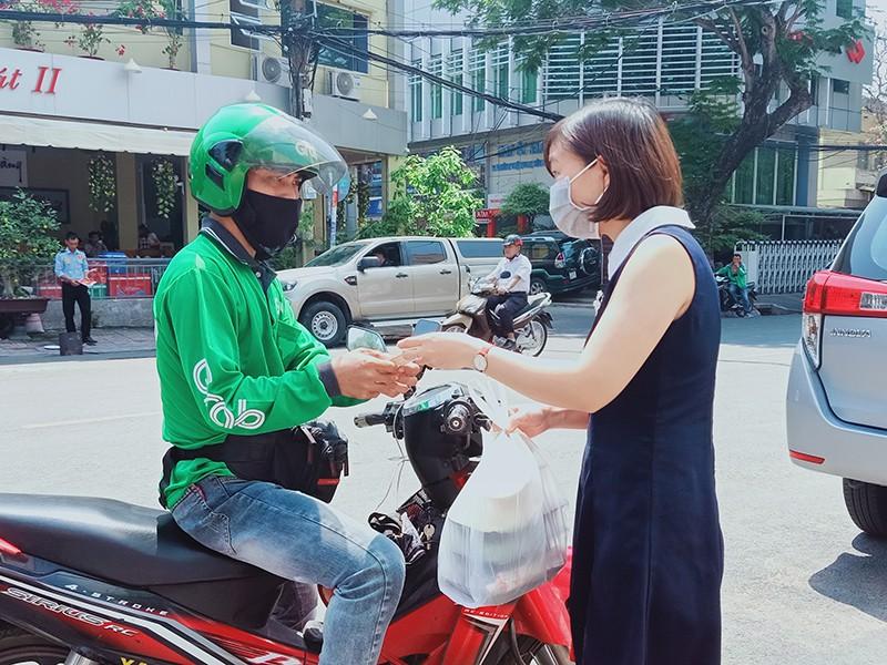 Dịch vụ GrabMart giúp các hộ gia đình mua hàng hoá mà không cần tới cửa hàng bán lẻ, siêu thị, cửa hàng tiện lợi. Ảnh: Grab Việt Nam.