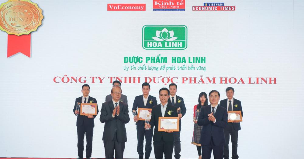 Đại diện Dược phẩm Hoa Linh (đứng giữa) nhận giải thưởng Tin Dùng 2020.