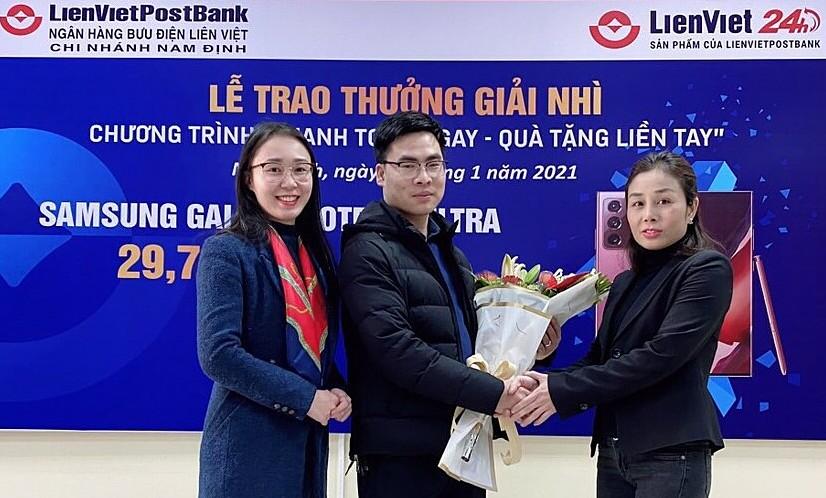 Anh Nguyễn Duy Khánh (giữa) nhận giải nhì smartphone Samsung Galaxy20 Note Ultra. Ảnh: LienVietPostBank.