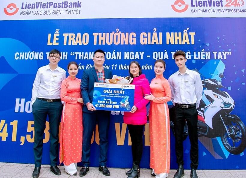 Chị Nguyễn Thị Bích Dung (áo hồng) nhận giải nhất là Honda Airblade. Ảnh: LienVietPostBank.