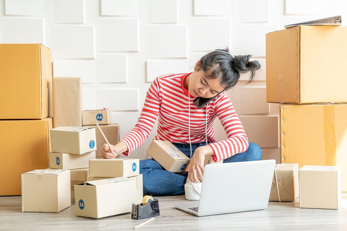 Trái ngược kênh truyền thống ảm đạm, nhiều nhãn hàng tất bật với kênh online - kênh bán hàng chủ lực mới. Ảnh: Shutterstock.