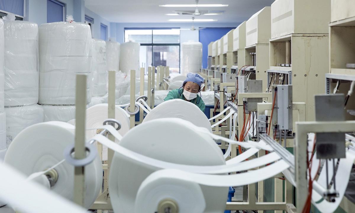 Bên trong một nhà máy sản xuất khẩu trang tại Trung Quốc. Ảnh: Bloomberg