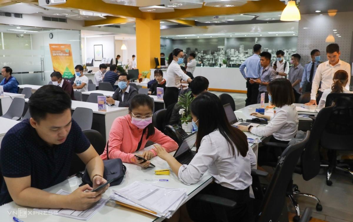Nhà đầu tư giao dịch tại một công ty chứng khoán TP HCM. Ảnh: Quỳnh Trần.