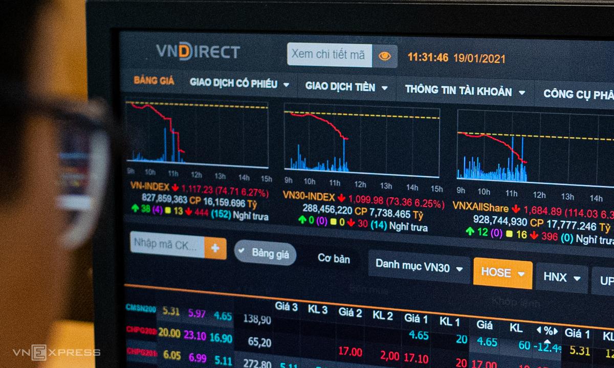 Hàng loạt cổ phiếu chìm trong sắc đỏ sáng 19/1. Ảnh: Thành Nguyễn.