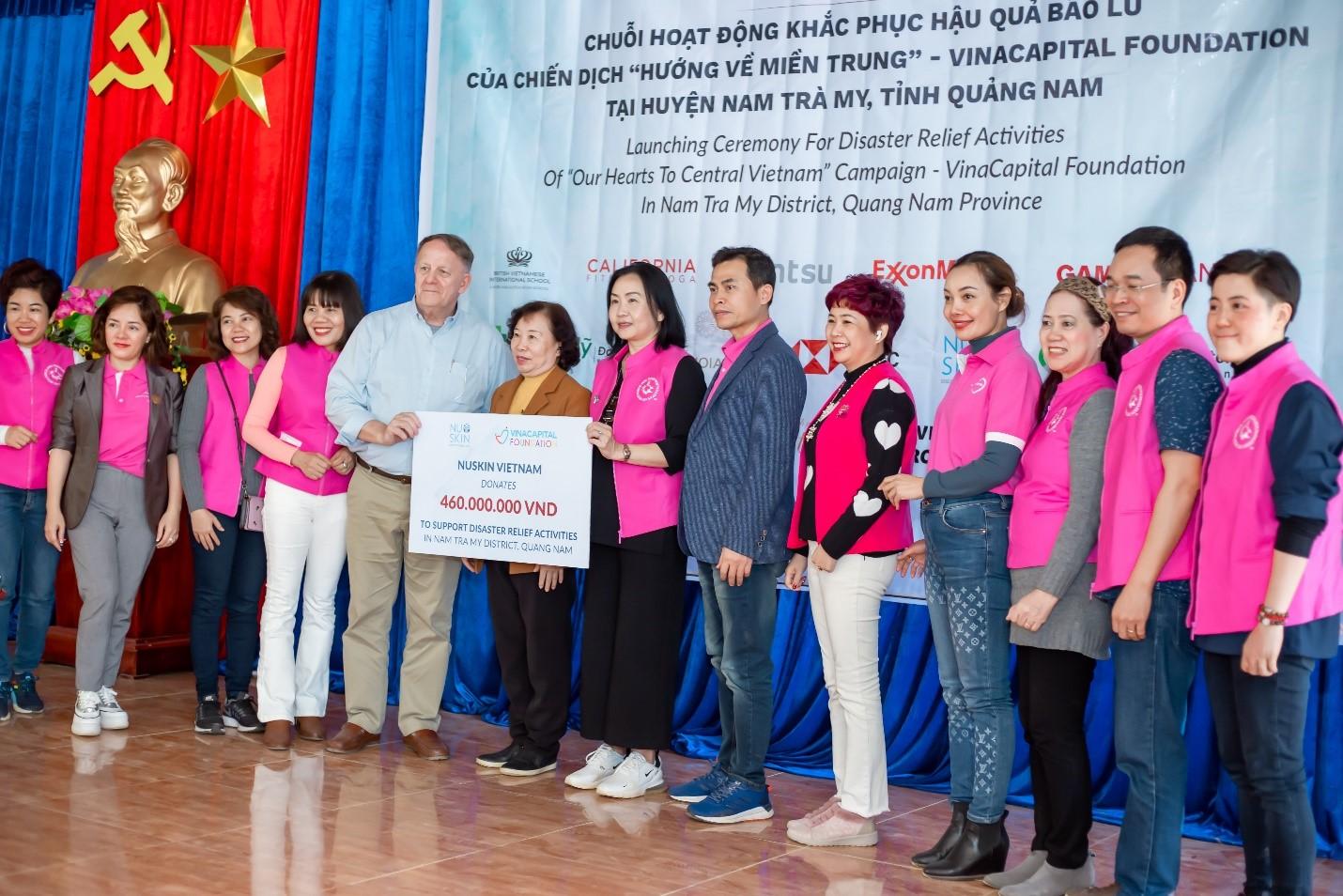 Bà Ong-ea Panaudomsin - Tổng giám đốc Nu Skin Việt Nam cùng các nhà phân phối trao tài trợ cho chương trình. Ảnh: Nu Skin Việt Nam.