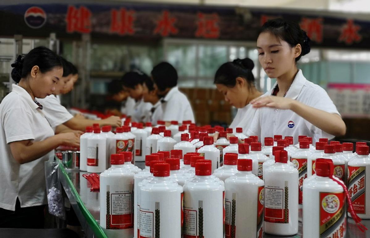 Công nhân làm việc trong nhà máy của Mao Đài Quý Châu tại Quý Châu (Trung Quốc). Ảnh: China Daily