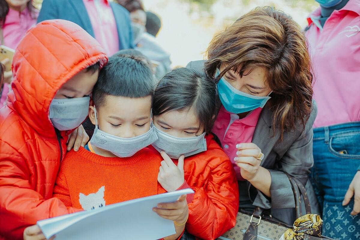Đại diện ban giám đốc và nhà phân phối của Nu Skin Việt Nam đến xã Trà Leng vào ngày 16/1 để chung tay hỗ trợ bà con. Ảnh: Nu Skin Việt Nam.