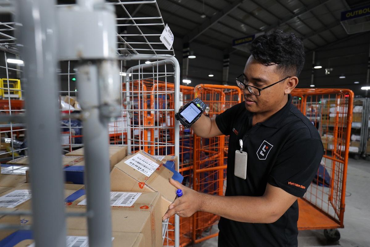 Logistics là một trong những thế mạnh của Lazada trong việc cung cấp các dịch vụ phù hợp cho người bán và người mua.  Ảnh: Lazada Việt Nam.