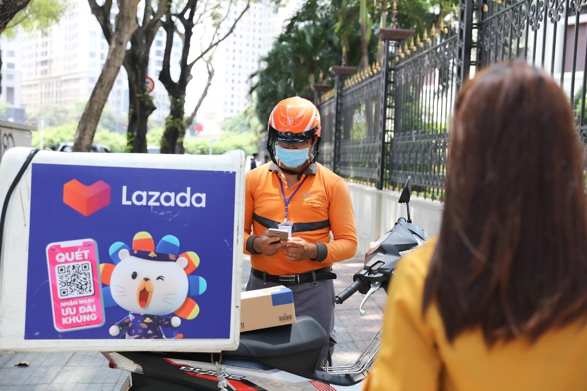 Lazada đã đưa ra một số chương trình giao hàng không tiếp xúc vào năm 2020 để cung cấp sự an toàn cho nhân viên và người mua.  Ảnh: Lazada Việt Nam.