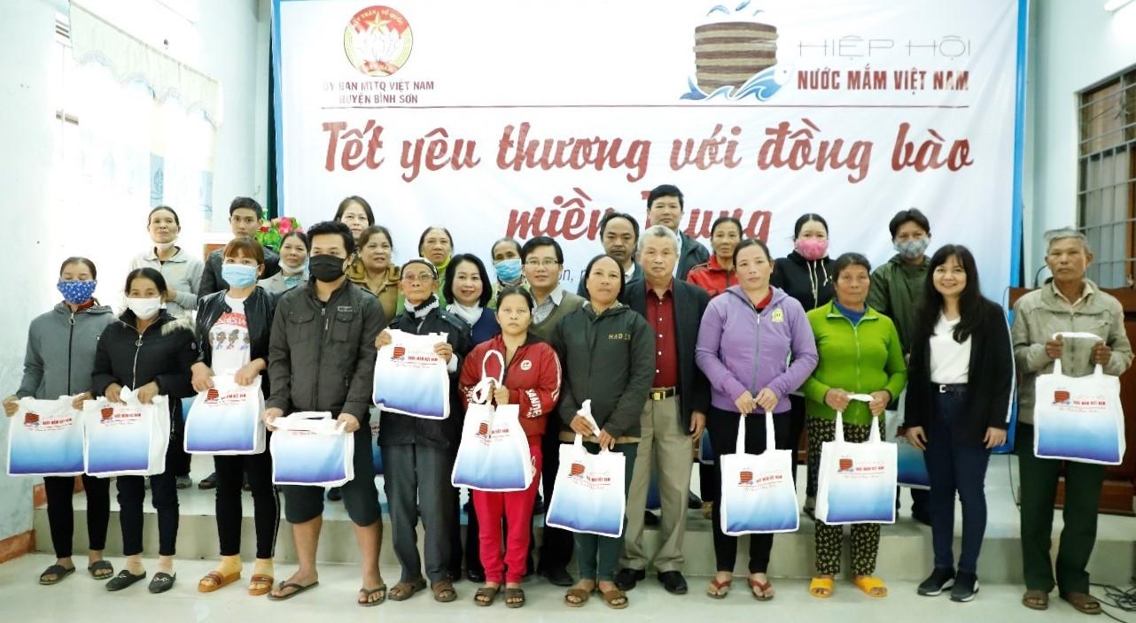 Hiệp hội Nước mắm Việt Nam đến thăm và trao quà Tết cho 40 hộ gia đình tại hai huyện Mộ Đức và Bình Sơn có hoàn cảnh khó khăn và bị ảnh hưởng bởi bão lũ. Ảnh: Hiệp hội Nước mắm Việt Nam.